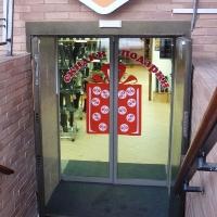 Предновогодняя аппликация на стеклянные двери